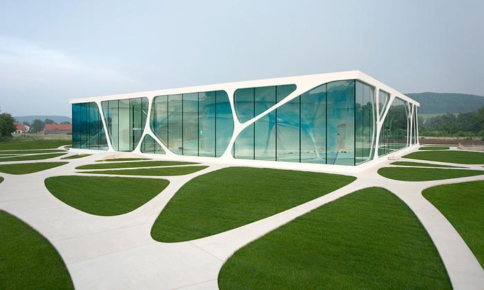 Skleněný organický showroom firmy Leonardo