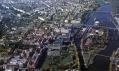 Budova Amazon Court upostřed na leteckém snímku Prahy