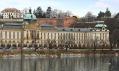 Pohled na knihovnu skrze Úřad vlády a městské hradby