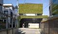 Mezi ostatními domy působí obchod jako zelený klenot