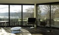 Běžný interiér luxusního apartmá s výhledem na jezero