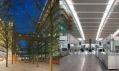 Průchod mezi parkovištěm a budovou terminálu, interiér terminálu