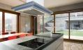 Vybavený interiér s kuchyňským ostrůvkem