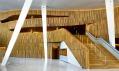 Vstupní hala částečně obložená dřevem získává oknem dostatek světla