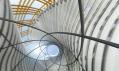 Výhled vestibulem Normana Fostera do nebes nad La Défense