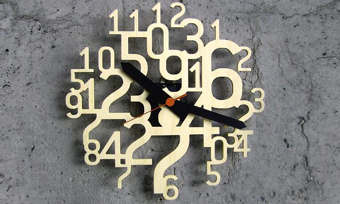 Z dřevěných čísel slepené nástěnné hodiny Uhrzahl