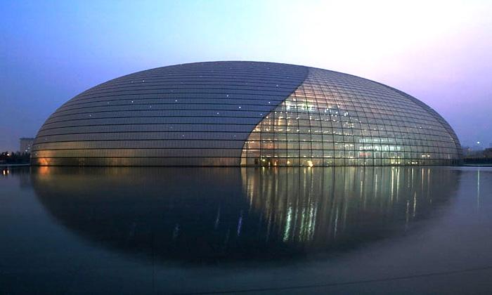 Nové Národní divadlo uprostřed jezera vPekingu