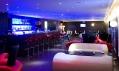 Zatemněný bar ve francouzském hotelu Seekoo