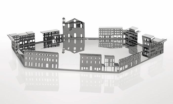 Osm stříbrných táců vpodobě italských náměstí