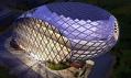 Zploštěná vstupní stěna vejce a solární články na střeše budovy