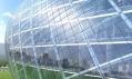 Plášť budovy ze skla a oceli skládaný ze čtverců
