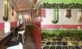 Úzká chodba se stolky a výběr svěžích salátů