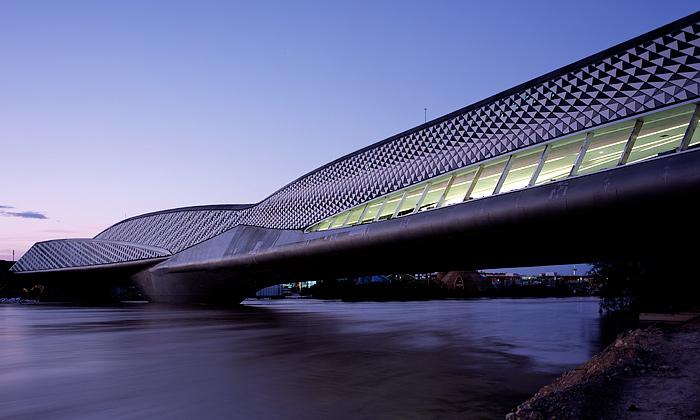 Zaragoza má nový futuristický most Zahy Hadid