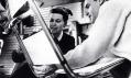 Ray a Charles Eames při výrobě židle Aluminium Chair