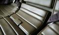 Detail světle hnědých kožených sedadel pro cestující