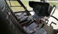 Tmavě hnědá kabina pro dvojici pilotů