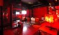 Jedna z VIP místností s průhlednou skleněnou podlahou
