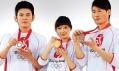 Čínští sportovci představují medaile z obou stran