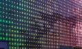 Detailní pohled na aktivní stěnu s viditelnými fotovoltaickými články