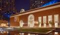 Noční pohled na zářící židovské muzeum do Daniela Libeskinda