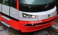 Detail masky tramvaje, jejich světel a stupínků pro řidiče