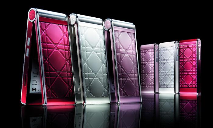 Dior přichází svlastním mobilem posetým diamanty