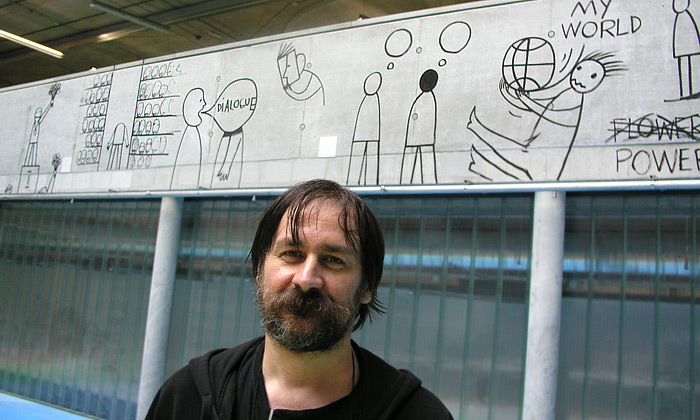 Dan Perjovschi při zdobení Národní technické knihovny v Praze