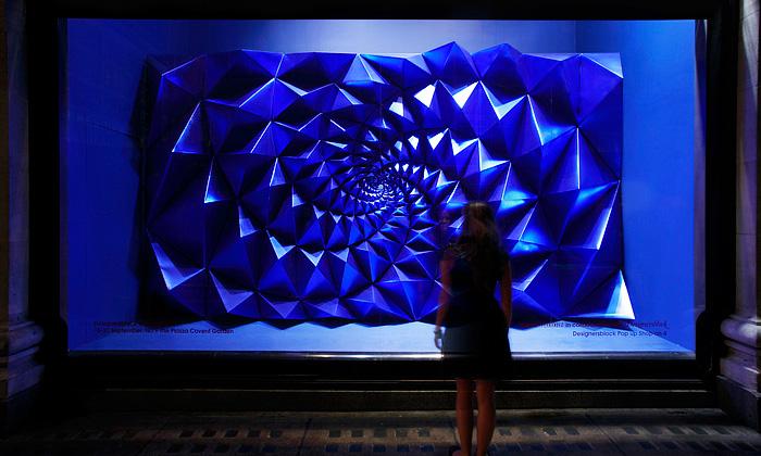 Výloha Selfridges odhalila magickou instalaci Apifera