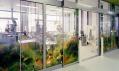 Interiér nové budovy Pohotovosti s květinovými vzory a barvami