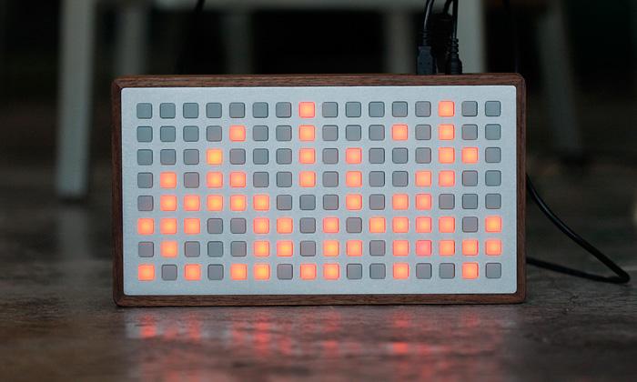 Vizuální hudební ovladač Monome vrozšířené sérii
