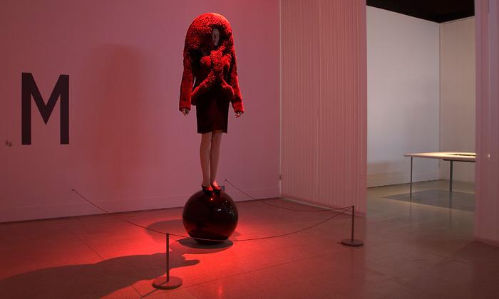 Hussein Chalayan vystavuje vDesign Museum