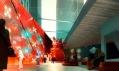 Prosklená galerie v Museum Plaza s výhledem mezi další mrakodrapy