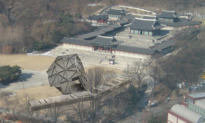 Koolhaas navrhl otáčivý pavilon Prada Transformer