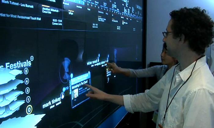 Schematic předvedli mutlidotykovou digitální stěnu