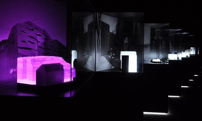 Výstava představuje studio DaM svítícími modely