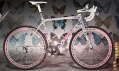 Lance Armstrong kola LiveStrong Stages – Damien Hirst