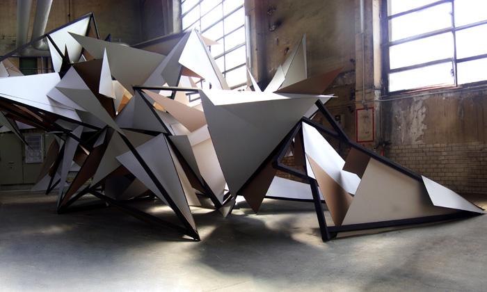 Skulptura Dark Biwak dostala finální rozbité tvary
