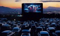 Americká kina Drive-in určená automobilům vhistorických fotografiích