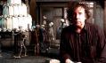 Tim Burton a v pozadí jeho film Mrtvá nevěsta