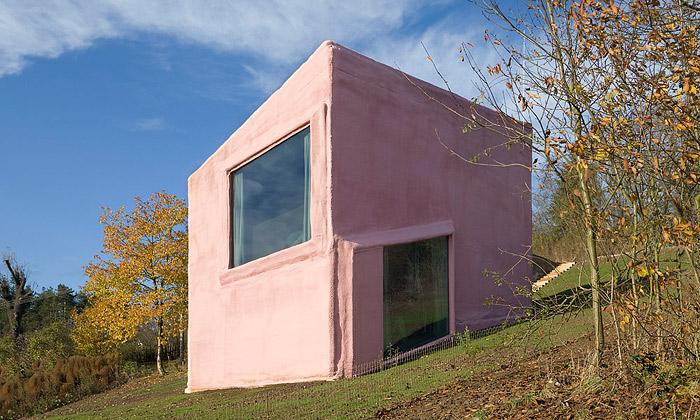 Růžový dům vČerníně má interiér zšikmých ploch