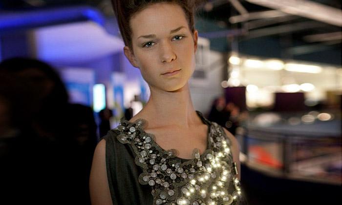 První šaty sLED světly svítí podle kvality ovzduší