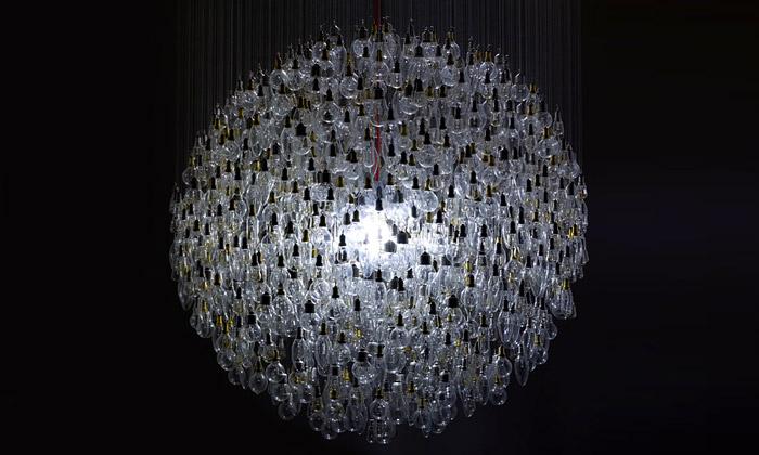 Obří lustr What Watt symbolizuje konec žárovky