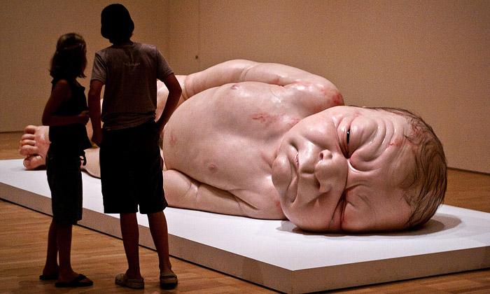 Ron Mueck ukazuje Melbourne realistické sochy lidí