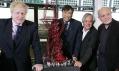Anish Kapoor, Lakshmi Mittal, Boris Johnson a Cecil Balmond s modelem ArcelorMittal Orbit