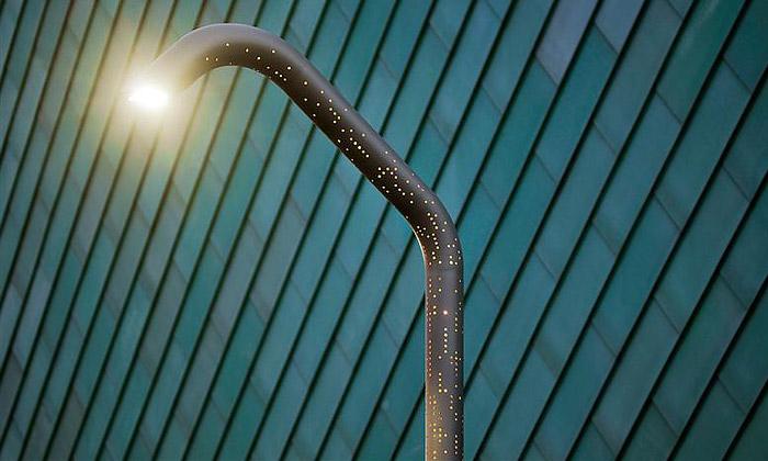 JDS navrhli proděravělou pouliční lampu Alphabet