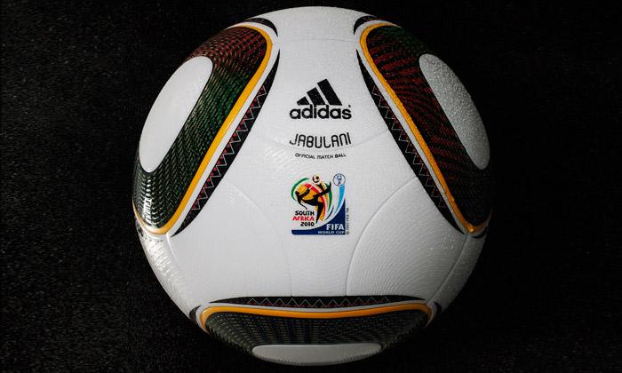 Fotbalový míč Jabulani odAdidas složen sosmi dílů