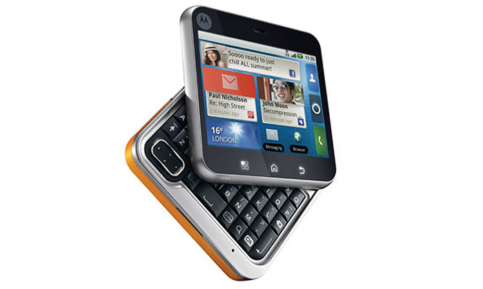 Motorola přichází sečtvercovým mobilem FlipOut