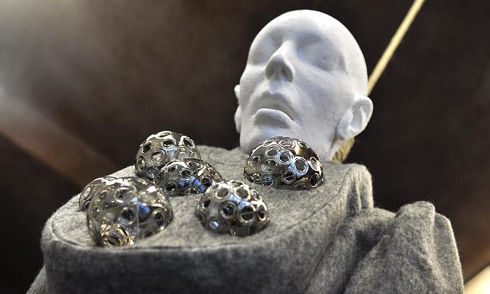Polarita spojuje šaty ašperky naoběšených sochách