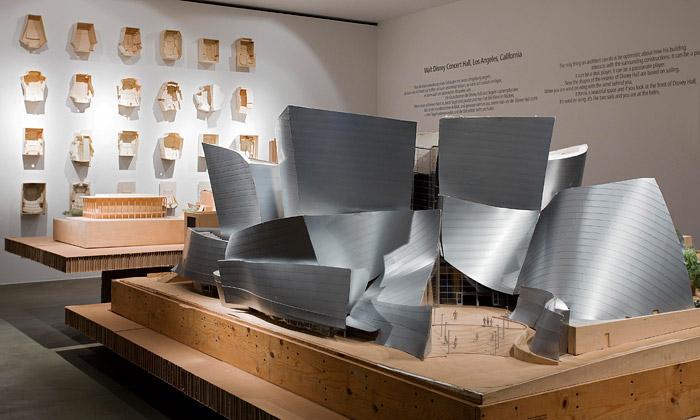 Frank O. Gehry vystavuje budovy inábytek zpapíru