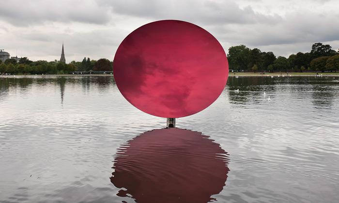 Anish Kapoor nastavuje Londýnu zrcadlové objekty